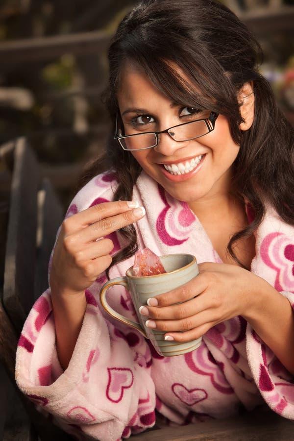 женщина чая bathrobe испанская милая стоковые фото