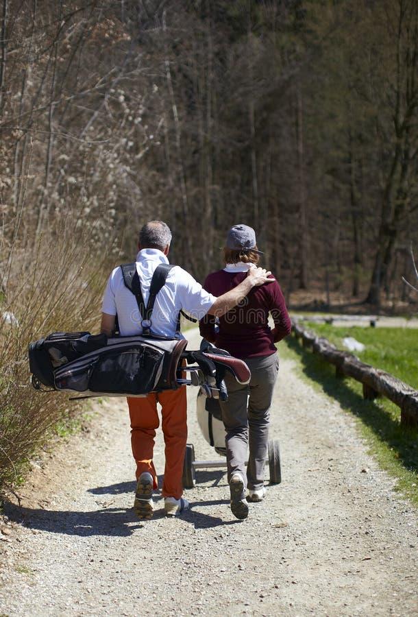 женщина человека игрока в гольф гольфа курса гуляя стоковые фотографии rf