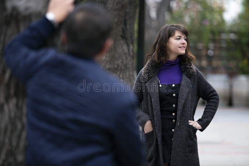 Женщина человека изводя на улице или уголовной преследуя жертве стоковая фотография