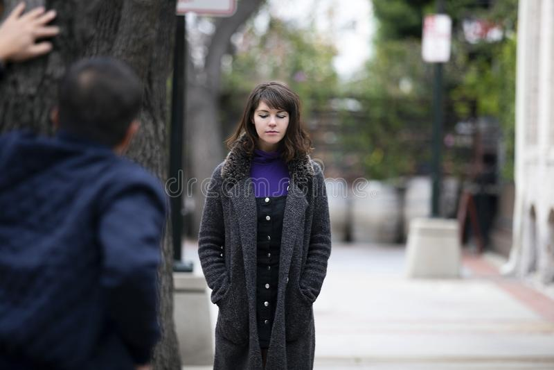 Женщина человека изводя на улице или уголовной преследуя жертве стоковое фото