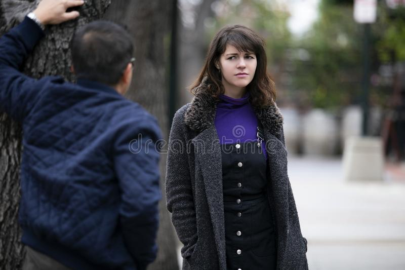 Женщина человека изводя на улице или уголовной преследуя жертве стоковое фото rf