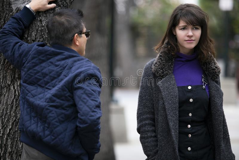 Женщина человека изводя на улице или уголовной преследуя жертве стоковые изображения rf