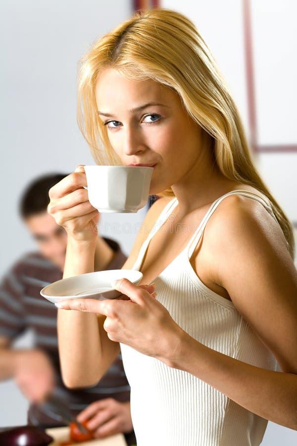 женщина человека кухни стоковые изображения rf