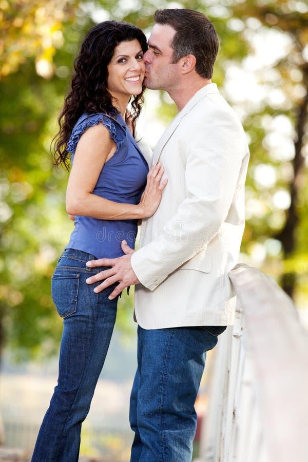 женщина человека поцелуя стоковое фото rf