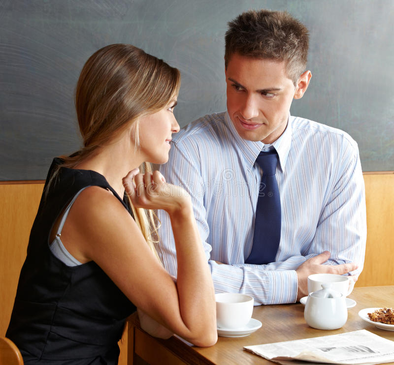 женщина человека caf говоря стоковые фотографии rf