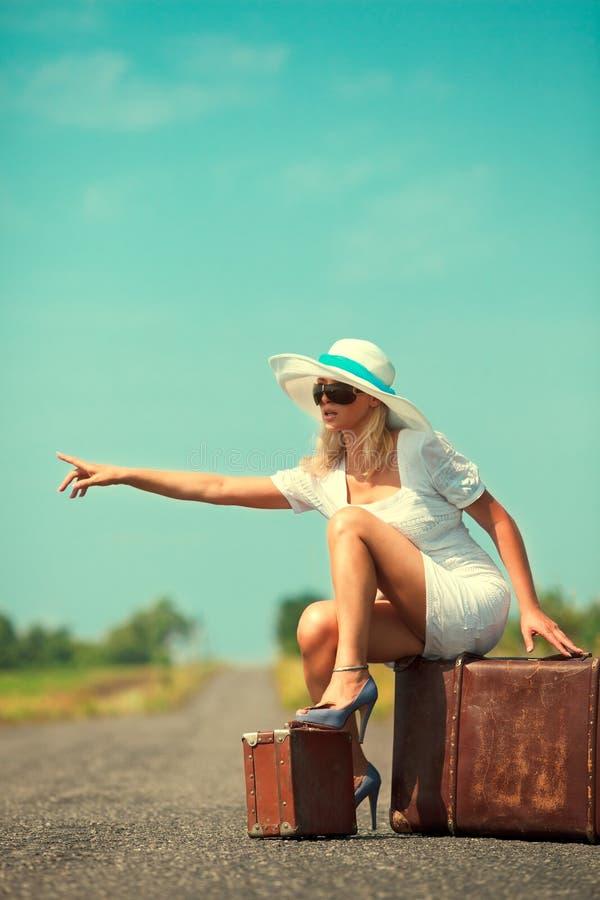 женщина чемодана тормозных башмаков вагона стоковое изображение