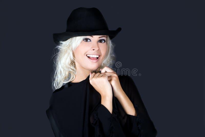 женщина черного белокурого портрета шлема способа нося стоковая фотография