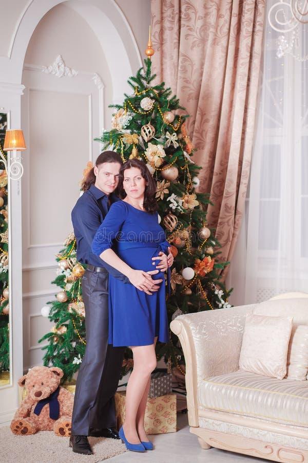 Женщина человека Нового Года беременности стоковая фотография rf