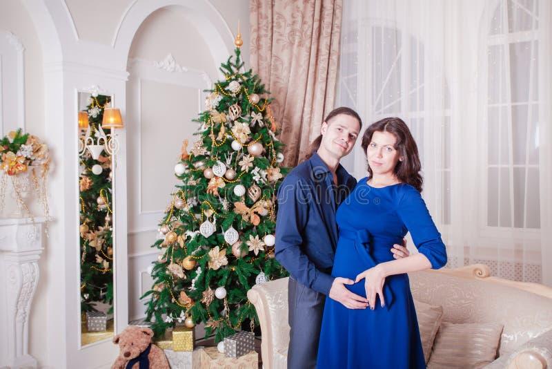 Женщина человека Нового Года беременности стоковая фотография