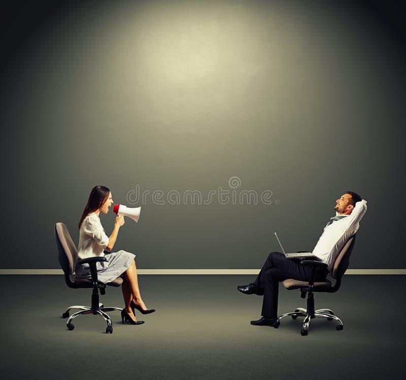Женщина человека Smiley слушая сердитая стоковое изображение rf