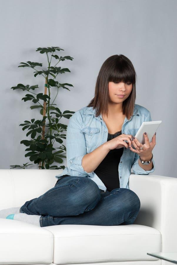 Женщина читает ebook стоковые фото