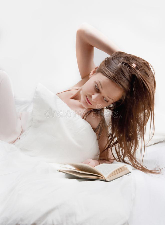 Женщина читая книгу стоковые фотографии rf
