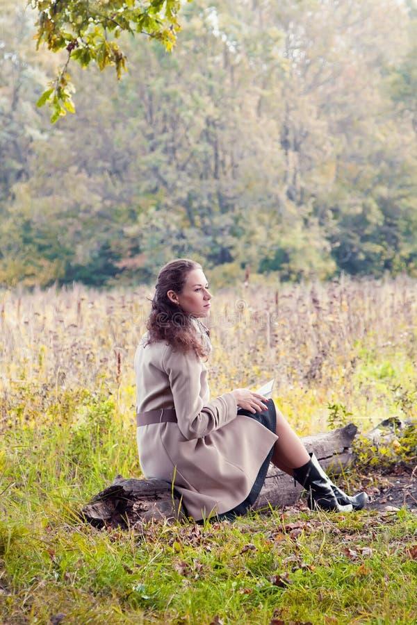 Женщина читая письмо стоковые фото