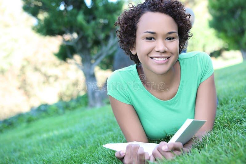 женщина чтения афроамериканца милая стоковые изображения