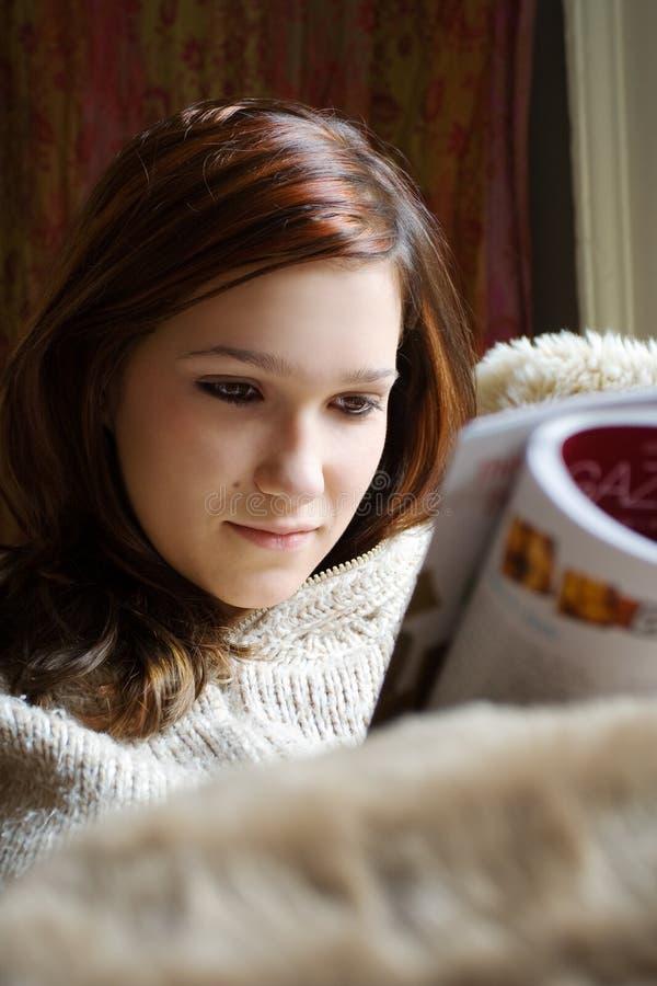 женщина чтения кассеты милая стоковые изображения rf