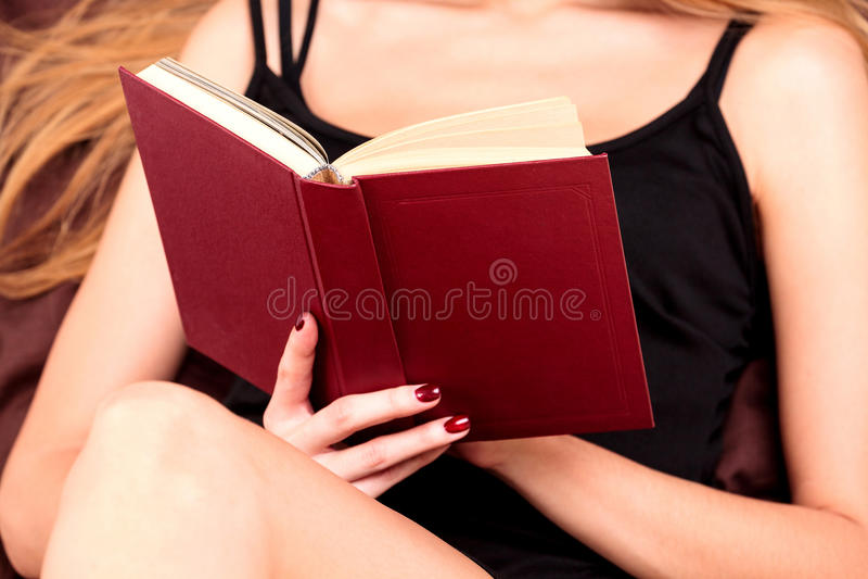 женщина чтения книги кровати стоковые фотографии rf