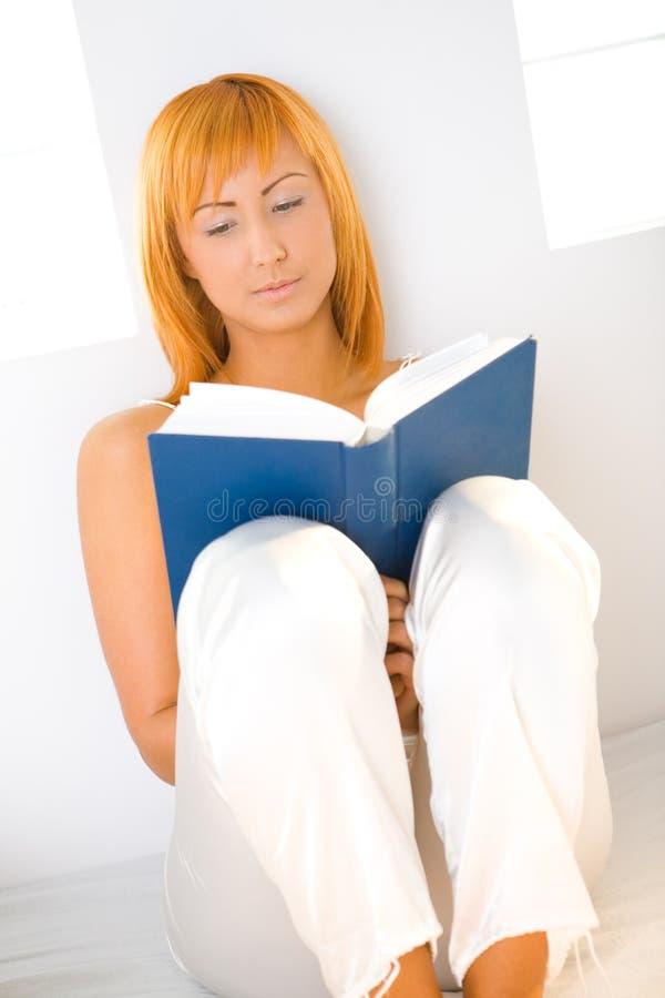женщина чтения книги Стоковая Фотография RF