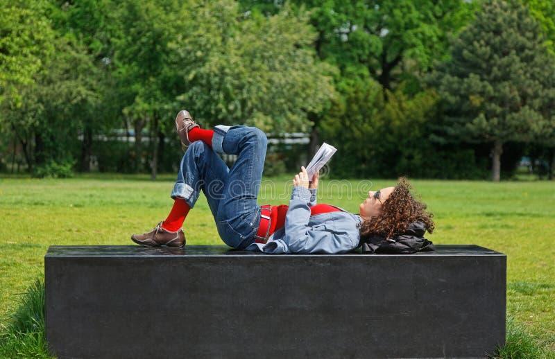 женщина чтения парка стоковые фото