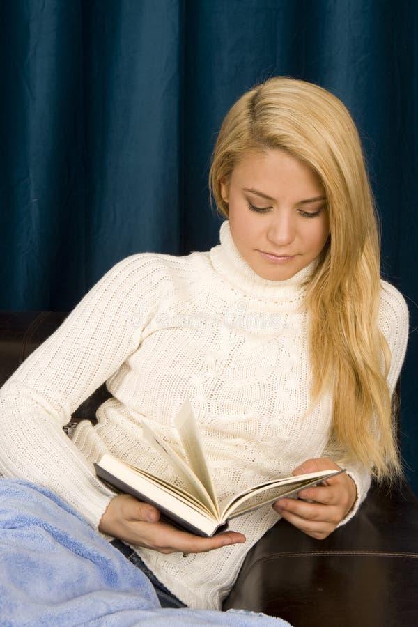 женщина чтения стоковое изображение rf