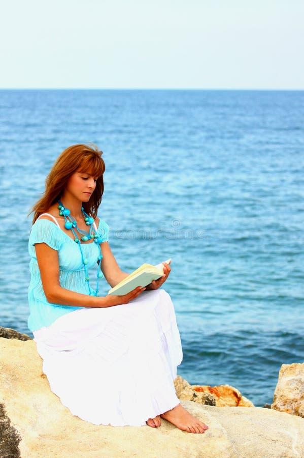 женщина чтения стоковая фотография rf