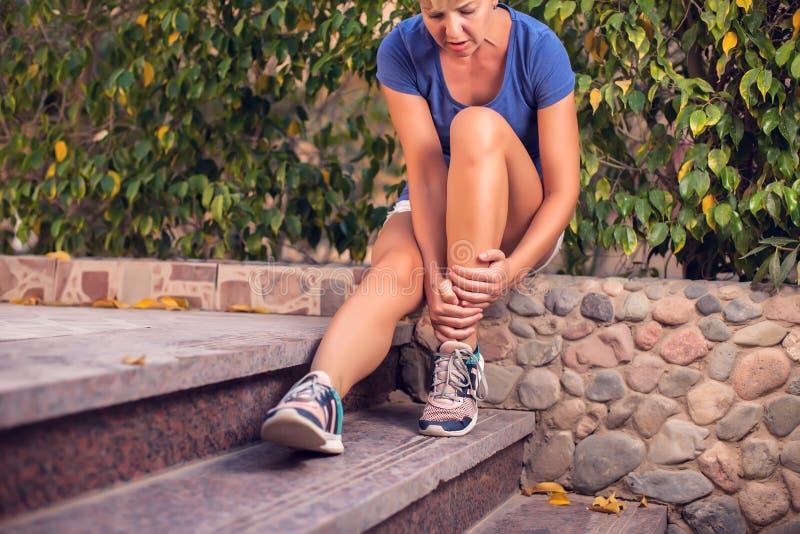 Женщина чувствует сильную боль ноги Концепция людей, здравоохранения и медицины стоковые изображения