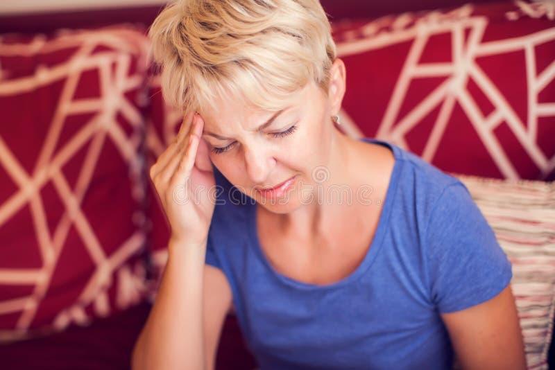 Женщина чувствует сильную головную боль Концепция людей, здравоохранения и медицины стоковые изображения