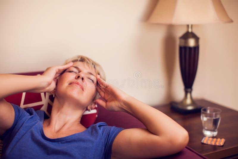 Женщина чувствует сильную головную боль Концепция людей, здравоохранения и медицины стоковое изображение
