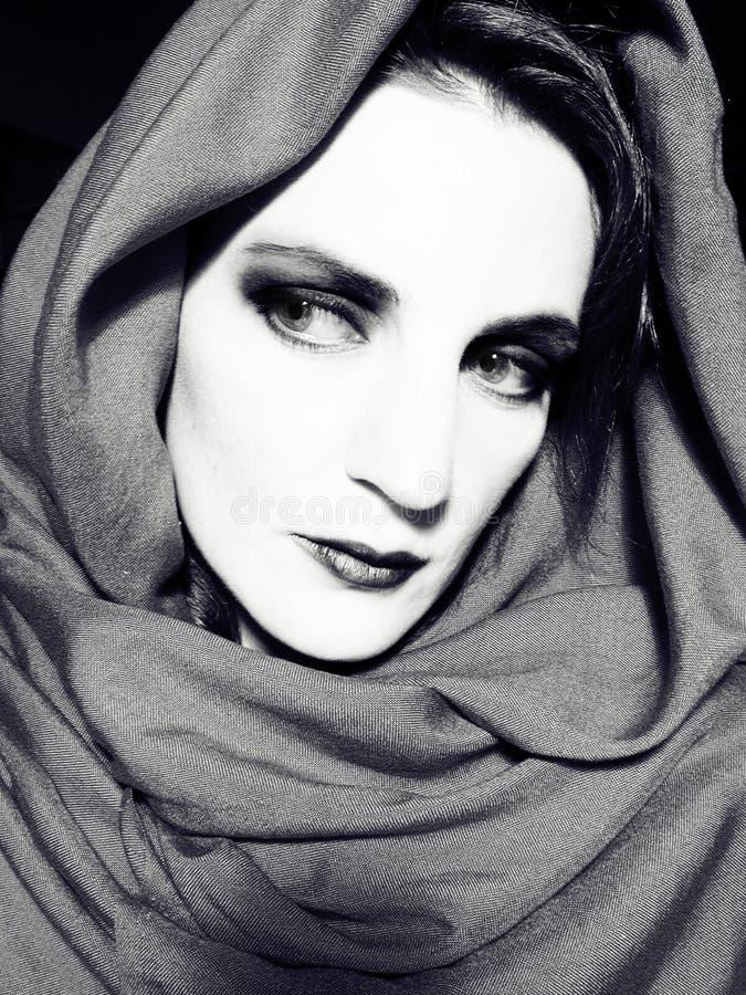 женщина шарфа bw нося стоковое изображение rf