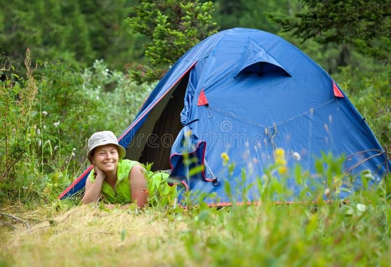 женщина шатра лагеря лежа стоковые изображения