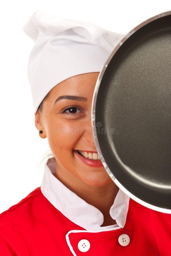 Женщина шеф-повара за сковородой стоковое изображение