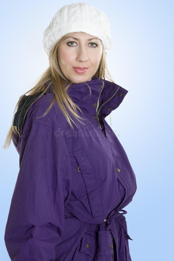 женщина шлема пальто зимняя стоковая фотография rf