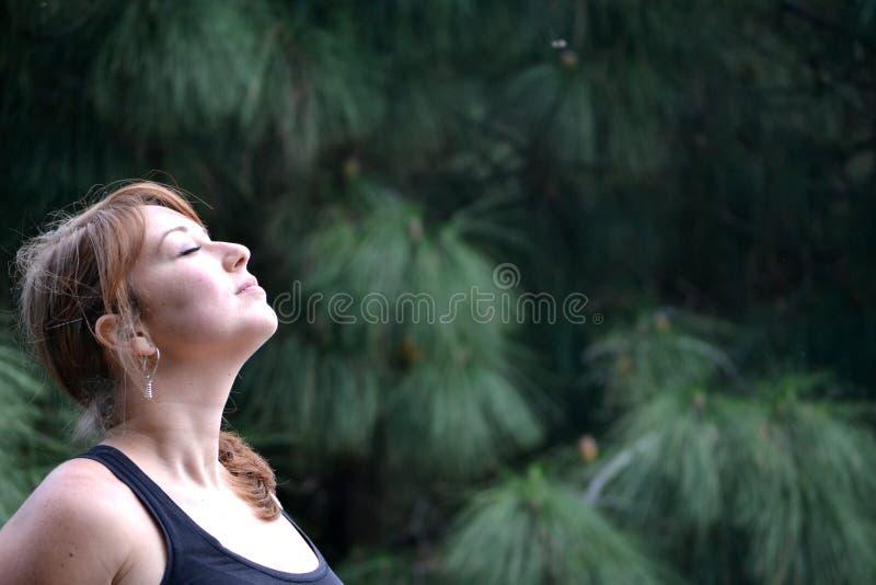 Женщина дышая в нюхе природы стоковые фото