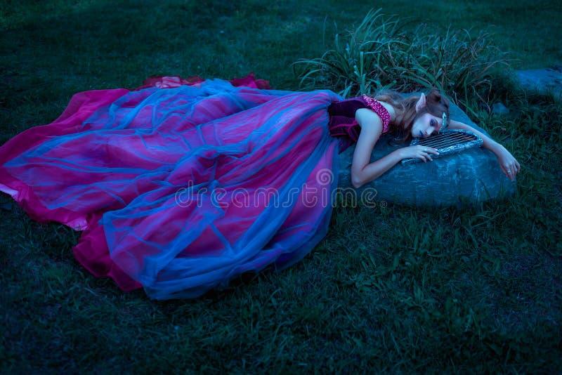Женщина эльфа в фиолетовом платье стоковые фотографии rf