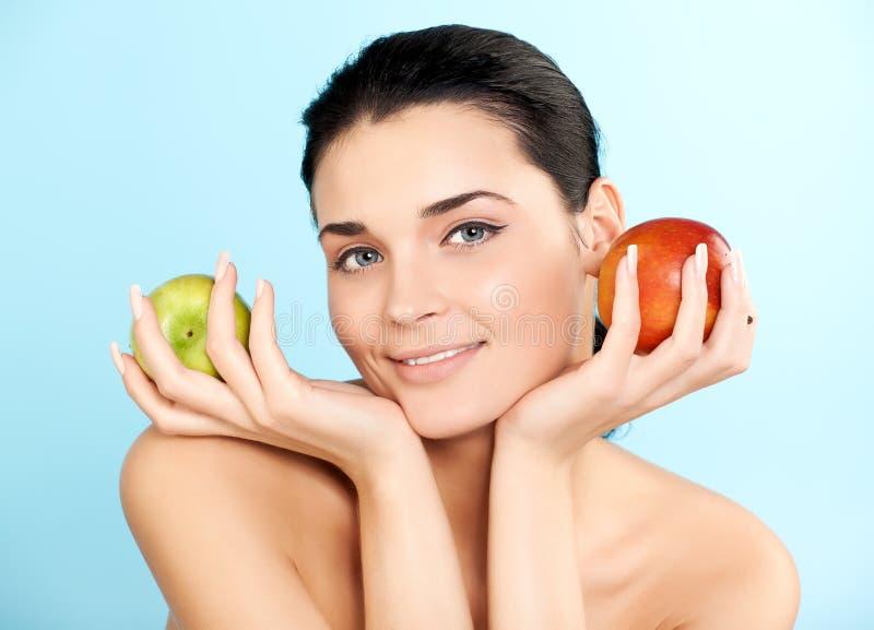 женщина яблока симпатичная стоковое фото