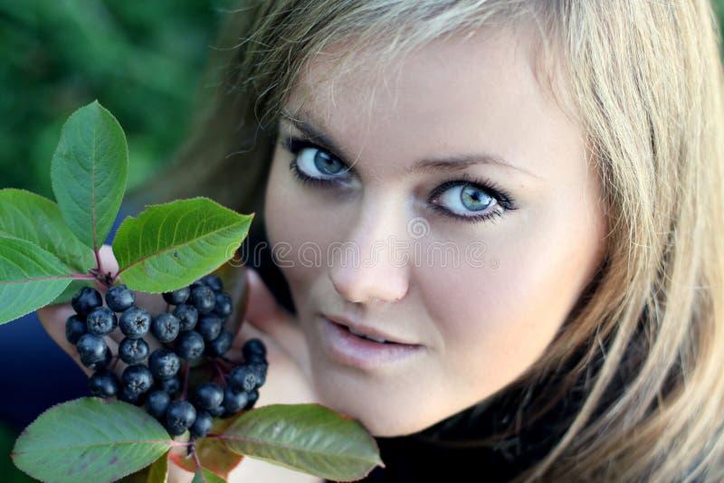 женщина ягоды осени стоковое изображение rf