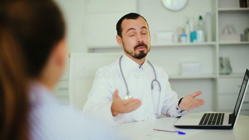 Женщина для того чтобы посоветовать с мужским доктором в больнице акции видеоматериалы