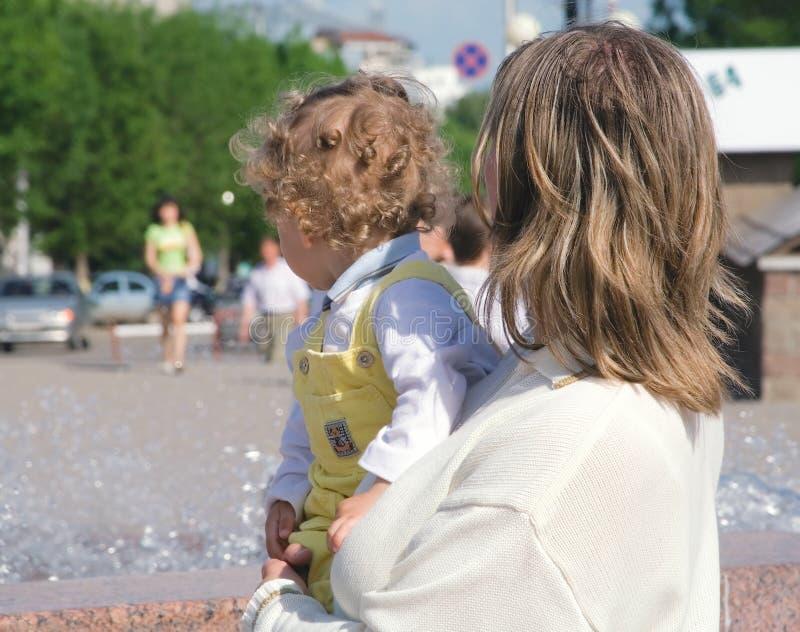 женщина 2 рук мальчика курчавая стоковая фотография rf