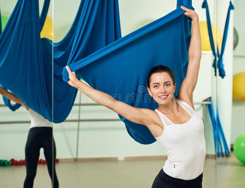 Женщина Attarctive с воздушным гамаком йоги стоковые изображения