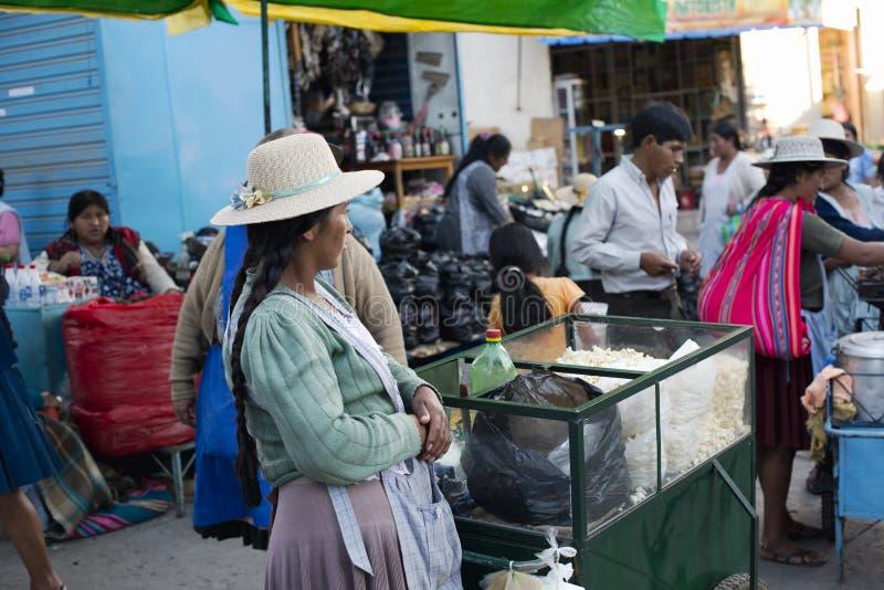 Женщина Aymara родная продавая попкорн на рынке в Сукре стоковое изображение