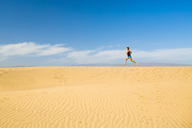 Женщина barefoot бежать на дюнах пустыни песка стоковые фотографии rf