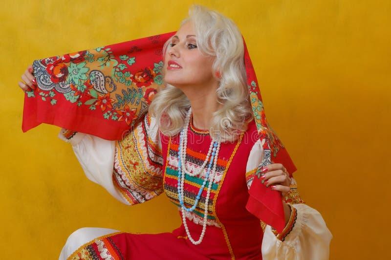 Женщина beautifull в фольклорном русском платье стоковое фото rf