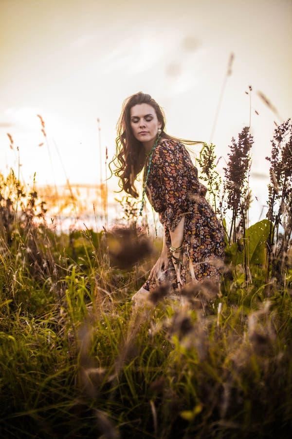 Женщина Boho в поле стоковые изображения