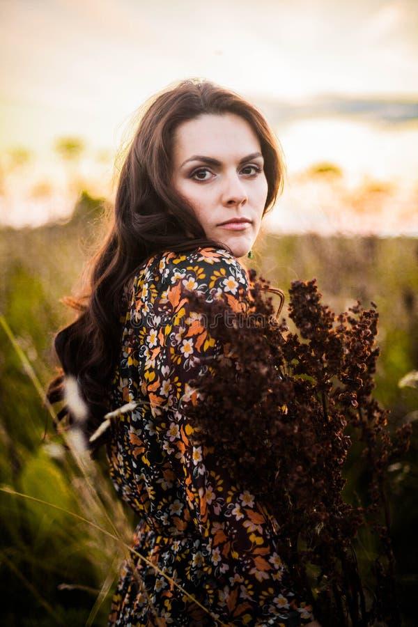 Женщина Boho в поле стоковое фото