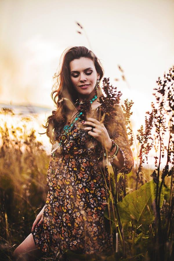 Женщина Boho в поле стоковое изображение rf