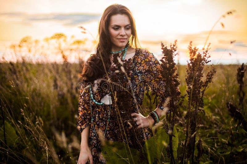 Женщина Boho в поле стоковая фотография rf