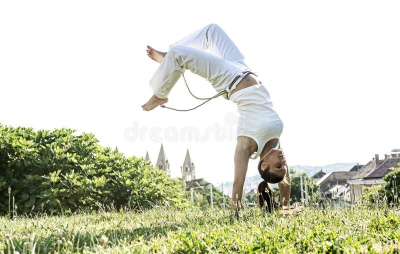 Женщина Capoeira, внушительные эффектные выступления в outdoors стоковые фотографии rf