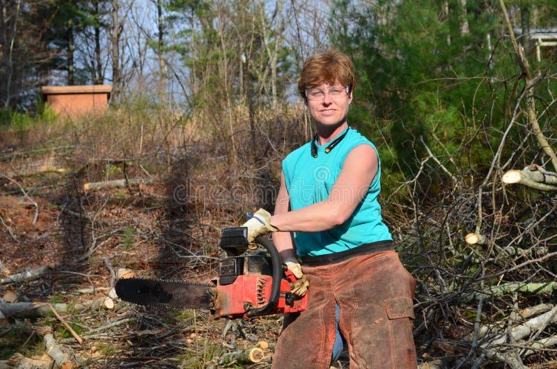 женщина chainsaw стоковые изображения rf