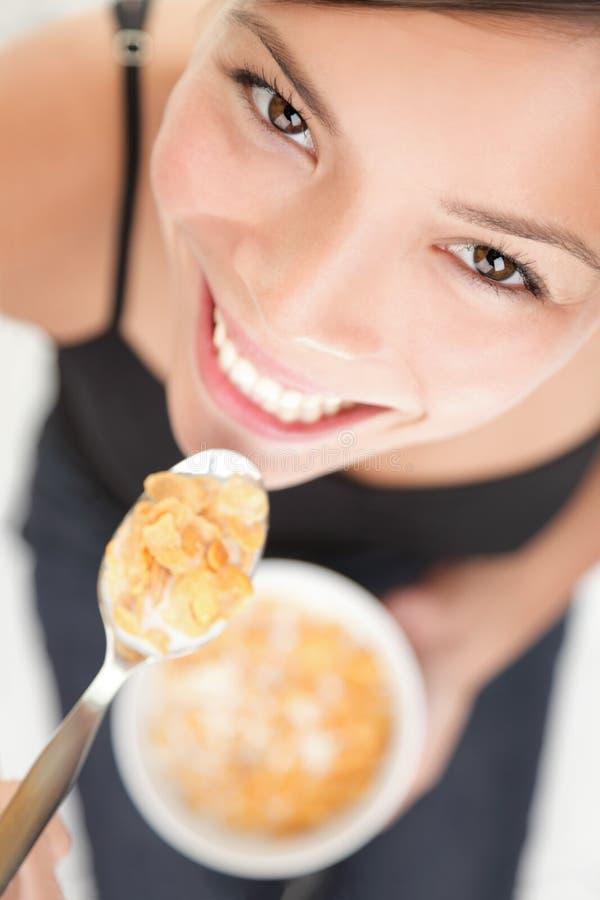 женщина cornflakes стоковые фотографии rf