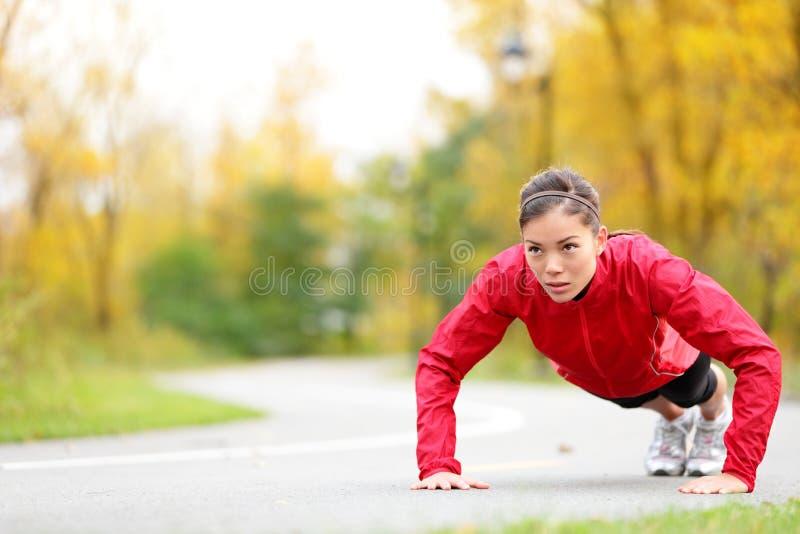 Женщина Crossfit делая push-ups стоковые изображения rf