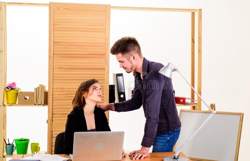 Женщина flirting с сотрудником парня Дама женщины привлекательная с коллегой человека Собирательное понятие офиса Flirting на стоковые фотографии rf